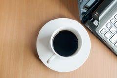 膝上型计算机和咖啡杯顶视图在办公室木背景,咖啡,杯,咖啡杯 免版税库存图片