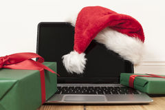 膝上型计算机和圣诞节装饰 库存图片