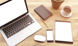 膝上型计算机和小配件在桌上 免版税图库摄影