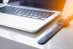 膝上型计算机和巧妙的手表 免版税库存图片