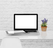 膝上型计算机和数字式片剂在书桌上 免版税库存照片