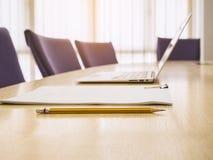 膝上型计算机和文件纸在表事务开始Offi 免版税库存照片