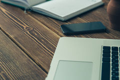 膝上型计算机和日志在书桌上 免版税图库摄影