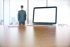 膝上型计算机和生意人 免版税库存图片
