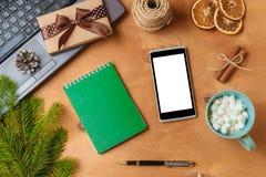 膝上型计算机和电话有空的屏幕的圣诞节季节性广告的 免版税库存照片