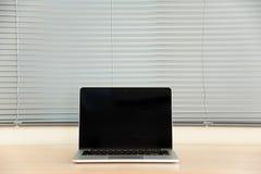 膝上型计算机和窗帘 免版税库存照片