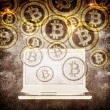 膝上型计算机和bitcoin标志 免版税库存图片