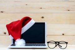 膝上型计算机圣诞老人帽子 库存照片