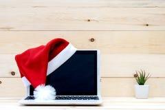 膝上型计算机圣诞老人帽子 免版税库存图片