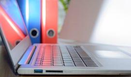 膝上型计算机在办公室 免版税库存图片