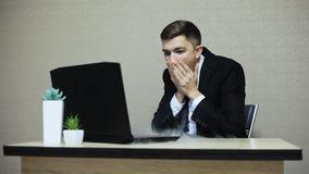 膝上型计算机在操作,烟时打破了从它,商人出来,雇员非常冲击了 股票视频