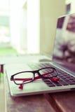 膝上型计算机在木桌上的笔记本计算机 免版税图库摄影