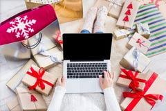 膝上型计算机在线购物妇女 免版税库存照片