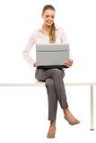 膝上型计算机坐的表妇女 免版税库存照片