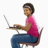 膝上型计算机女小学生 免版税库存照片