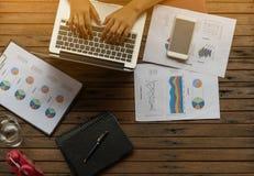 膝上型计算机妇女工作 在键入的手上的焦点 库存照片