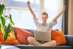 膝上型计算机妇女工作 免版税库存图片