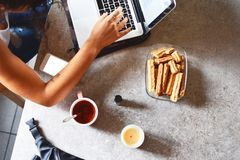 膝上型计算机妇女工作 图库摄影