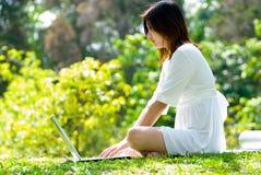 膝上型计算机妇女工作 库存照片