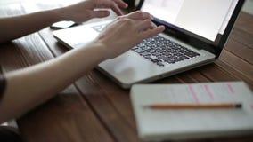 膝上型计算机妇女工作 股票录像