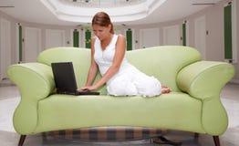 膝上型计算机妇女运作的年轻人 库存照片