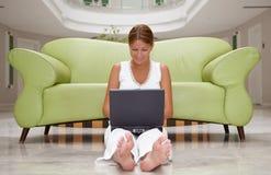 膝上型计算机妇女运作的年轻人 免版税库存照片
