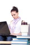 膝上型计算机妇女运作的年轻人 免版税图库摄影