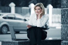 膝上型计算机妇女年轻人 免版税库存图片
