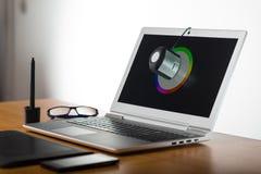 膝上型计算机屏幕calibtation 免版税库存照片