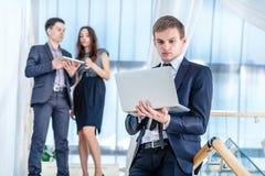 膝上型计算机工作者 生意人成功的年轻人 免版税图库摄影