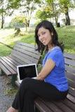 膝上型计算机微笑的妇女 免版税库存照片