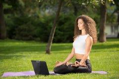 膝上型计算机思考的妇女 免版税库存图片