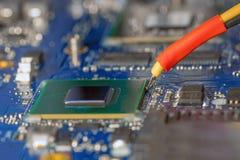 膝上型计算机替换插孔在红外重做驻地的bga芯片 库存图片