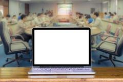 膝上型计算机正面图在木桌在办公室和事务上的在m 库存图片