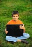 膝上型计算机男小学生 免版税库存图片