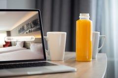 膝上型计算机的一预定的酒店房间 优质公寓保留概念 库存照片