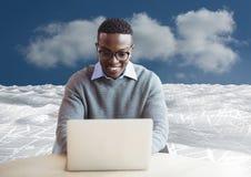 膝上型计算机的人在文件海在天空下覆盖 库存照片
