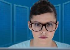 膝上型计算机的妇女有蓝色服务器背景 免版税图库摄影