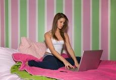 膝上型计算机的青少年的女孩 免版税库存图片