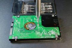 膝上型计算机硬盘驱动器拆卸  库存图片