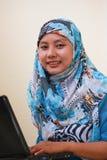膝上型计算机穆斯林妇女 库存图片