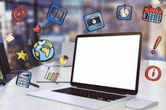 膝上型计算机空白的白色屏幕有社会媒介象的 免版税库存图片