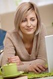 膝上型计算机纵向妇女年轻人 免版税库存照片