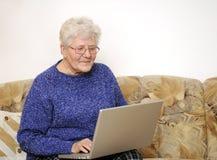 膝上型计算机老妇人 库存照片