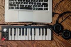 膝上型计算机耳机钢琴合成器 库存照片