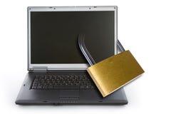 膝上型计算机被锁定的挂锁 免版税库存照片