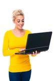 膝上型计算机键入的妇女年轻人 库存照片