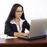 膝上型计算机键入的妇女 免版税库存图片