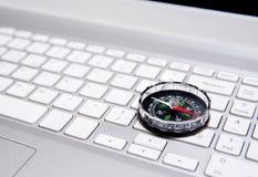 膝上型计算机键盘和指南针,互联网航海概念 库存照片
