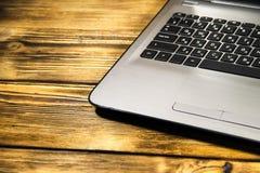 膝上型计算机键盘特写镜头在木书桌上的 免版税库存照片